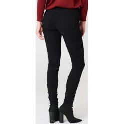 Wrangler Jeansy Super Skinny - Black. Szare jeansy damskie skinny marki Wrangler, na co dzień, m, z nadrukiem, casualowe, z okrągłym kołnierzem, mini, proste. W wyprzedaży za 222,98 zł.