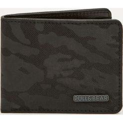Portfel z wytłoczeniem w moro. Czarne portfele męskie Pull&Bear, moro. Za 59,90 zł.
