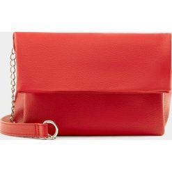 Torebki klasyczne damskie: Czerwona torebka na ramię z klapą i łańcuszkiem