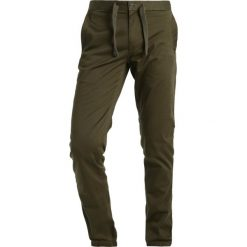 GStar BRONSON SLIM CUFFED CHINO Spodnie materiałowe dark bronze green. Zielone chinosy męskie G-Star, z bawełny. W wyprzedaży za 257,95 zł.
