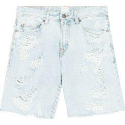 Denimowe bermudy z przetarciami. Szare bermudy męskie Pull&Bear, z jeansu. Za 49,90 zł.