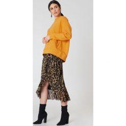 Bluzy damskie: NA-KD Urban Bluza z kapturem z drapowanym rękawem - Orange