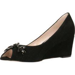 Czółenka AURELIA. Czarne buty ślubne damskie Gino Rossi, ze skóry, na koturnie. Za 249,90 zł.
