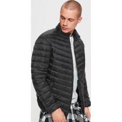 Pikowana kurtka - Czarny. Czarne kurtki damskie pikowane marki Cropp, l. W wyprzedaży za 79,99 zł.