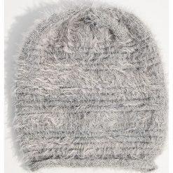 Czapka z dzianiny z długim włosem - Jasny szar. Szare czapki zimowe damskie Mohito, z dzianiny. Za 39,99 zł.