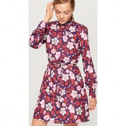 Wzorzysta sukienka z długimi rękawami - Wielobarwn. Szare sukienki z falbanami marki Mohito, z długim rękawem. Za 149,99 zł.