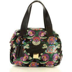 NOBO Niezwykła torebka kuferek czarny z kwiatkami. Czarne kuferki damskie Nobo, w kwiaty, z nadrukiem. Za 159,00 zł.