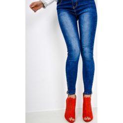Spodnie jeans z zameczkami. Niebieskie jeansy damskie relaxed fit marki Reserved. Za 59,99 zł.