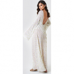 NA-KD Boho Brokatowa sukienka z odkrytymi ramionami - White,Gold. Niebieskie długie sukienki marki NA-KD Boho, na imprezę, w koronkowe wzory, z koronki, boho, na ramiączkach. W wyprzedaży za 226,77 zł.