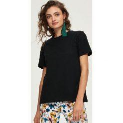 T-shirty damskie: T-shirt z koronkową aplikacją – Czarny