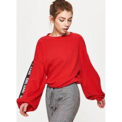 Bluzy damskie: Bluza z rozcięciem na rękawie – Czerwony