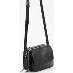 Torebki klasyczne damskie: Czarna torebka z regulowanym paskiem - Czarny