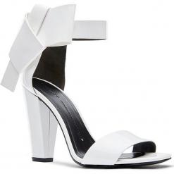 Skórzane sandały w kolorze kremowym. Białe sandały damskie Stella Luna, w paski, z lakierowanej skóry, na obcasie. W wyprzedaży za 545,95 zł.