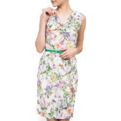 Biała letnia sukienka QUIOSQUE. Białe sukienki letnie marki QUIOSQUE, w kwiaty, z tkaniny, bez rękawów, dopasowane. W wyprzedaży za 69,99 zł.