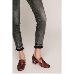 Guess Jeans - Jeansy Beverly. Szare jeansy damskie rurki marki Guess Jeans, z aplikacjami, z bawełny, z obniżonym stanem. W wyprzedaży za 269,90 zł.