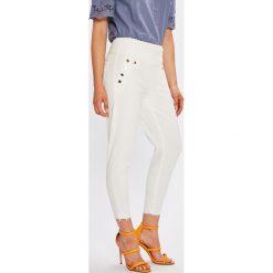 Guess Jeans - Jeansy Curve x High. Białe boyfriendy damskie Guess Jeans, z bawełny, z podwyższonym stanem. W wyprzedaży za 359,90 zł.