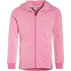 Bench HOODED ZIP THRU Bluza rozpinana chateau rose. Czerwone bluzy dziewczęce rozpinane marki Bench, z bawełny. W wyprzedaży za 135,85 zł.