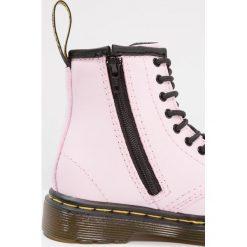 Dr. Martens BROOKLEE Botki sznurowane baby pink. Czerwone buty zimowe damskie Dr. Martens, z materiału, na sznurówki. Za 359,00 zł.
