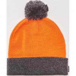 Dwukolorowa czapka z pomponem - Pomarańczo. Czarne czapki zimowe męskie marki KIPSTA, z poliesteru, do piłki nożnej. Za 39,99 zł.