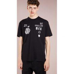 McQ Alexander McQueen DROPPED SHOULDER TEE Tshirt z nadrukiem darkest black. Czarne koszulki polo McQ Alexander McQueen, m, z nadrukiem, z bawełny. Za 529,00 zł.