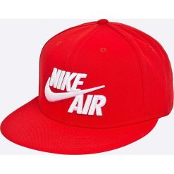 Nike Sportswear - Czapka Air True Cap Classic. Różowe czapki z daszkiem męskie marki Nike Sportswear, l, z nylonu, z okrągłym kołnierzem. W wyprzedaży za 89,90 zł.