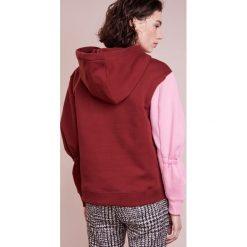 Tibi SCULPET HOODIE Bluza z kapturem burnt red multi. Czerwone bluzy rozpinane damskie Tibi, xs, z bawełny, z kapturem. W wyprzedaży za 416,70 zł.