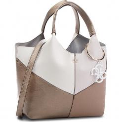 Torebka GUESS - HWCB68 65060 TAUPE MULTI. Brązowe torebki klasyczne damskie Guess, z aplikacjami, ze skóry ekologicznej, duże. Za 679,00 zł.