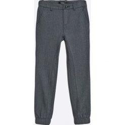 Guess Jeans - Spodnie dziecięce 118-175 cm. Szare jeansy męskie z dziurami marki Guess Jeans, l, z aplikacjami, z bawełny. W wyprzedaży za 149,90 zł.