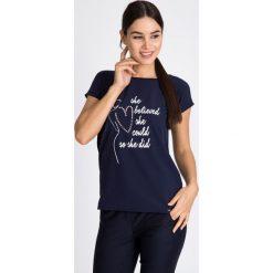 Bluzki damskie: Granatowa bluzka z napisem i sercem QUIOSQUE