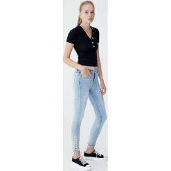 Jeansy rurki ze sznurowaniem. Niebieskie jeansy damskie rurki Pull&Bear, z jeansu. Za 139,00 zł.
