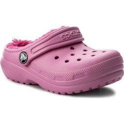 Kapcie CROCS - Classic Lined Clog 203506  Party Pink/Candy Pink. Czerwone kapcie dziewczęce marki Crocs, z syntetyku. W wyprzedaży za 129,00 zł.