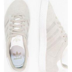 Adidas Originals GAZELLE Tenisówki i Trampki sesame/footwear white. Szare trampki chłopięce marki adidas Originals, z materiału. Za 269,00 zł.