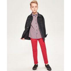 Spodnie chino - Czerwony. Czerwone spodnie chłopięce marki Reserved. W wyprzedaży za 39,99 zł.