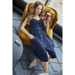 CIRA Sukienka na szelkach z guzikami - granatowa. Niebieskie sukienki dzianinowe Moe, s, sportowe, dopasowane. Za 132,00 zł.
