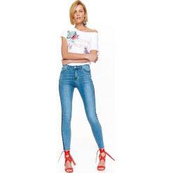 T-shirty damskie: T-SHIRT DAMSKI BIAŁY Z NAPISAMI ORAZ BIŻUTERYJNĄ APLIKACJĄ