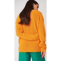 Josefin Ekström for NA-KD Sweter z głębokim dekoltem V - Orange. Pomarańczowe swetry oversize damskie Josefin Ekström for NA-KD, m, z dzianiny. Za 80,95 zł.