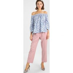 Grace GRAPHICS Bluzka delftblue. Niebieskie bluzki damskie marki Grace, m, z bawełny. W wyprzedaży za 463,20 zł.