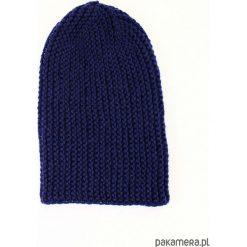 Granatowa długa czapka robiona na drutach. Niebieskie czapki zimowe damskie Pakamera, z poliamidu. Za 86,00 zł.