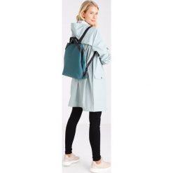 Rains SHIFT BAG Plecak dark teal. Zielone plecaki damskie Rains. Za 399,00 zł.