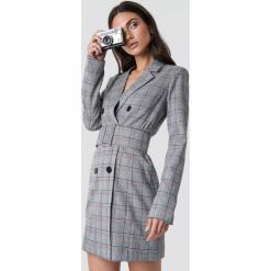 Dilara x NA-KD Sukienka w kratkę - Grey. Szare sukienki mini marki Dilara x NA-KD, w kratkę, z długim rękawem. Za 323,95 zł.
