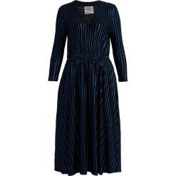 Baum und Pferdgarten JACALYN Długa sukienka bluefoil. Czarne długie sukienki marki Baum und Pferdgarten, l, z dżerseju, z długim rękawem. Za 579,00 zł.