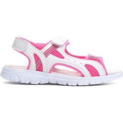 Białe Sandałki Sweet Connection. Białe sandały dziewczęce marki Born2be, z materiału, z otwartym noskiem. Za 39,99 zł.