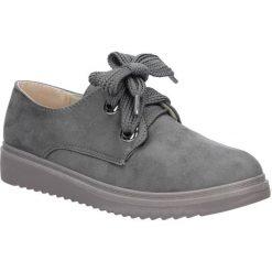 Szare półbuty sznurowane na koturnie Casu 662. Czerwone buty ślubne damskie marki Casu, na słupku. Za 59,99 zł.