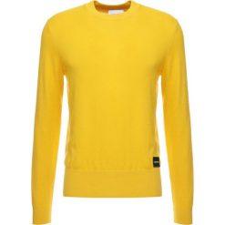 Calvin Klein LOGO BADGE Sweter yellow. Pomarańczowe swetry klasyczne męskie marki Calvin Klein, l, z bawełny, z okrągłym kołnierzem. Za 449,00 zł.