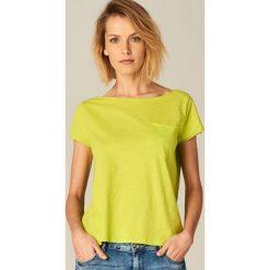 Koszulka z dekoltem typu łódka - Zielony. Zielone t-shirty damskie marki Mohito, l, z dekoltem w łódkę. Za 29,99 zł.