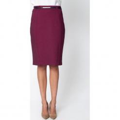Śliwkowa ołówkowa spódnica z paskiem QUIOSQUE. Czerwone minispódniczki marki QUIOSQUE, z nadrukiem, z dzianiny, biznesowe, ołówkowe. Za 139,99 zł.