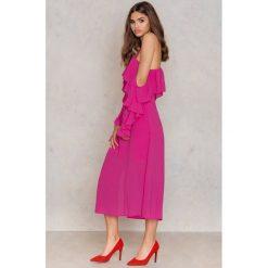 NA-KD Boho Sukienka midi z falbanką i dekoltem A - Pink. Niebieskie sukienki boho marki NA-KD Boho, na imprezę, w koronkowe wzory, z koronki, na ramiączkach, mini. Za 60,95 zł.