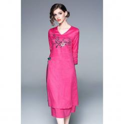 Sukienka w kolorze różowym. Czerwone sukienki marki Zeraco, midi, proste. W wyprzedaży za 379,95 zł.