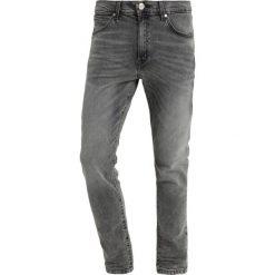 Wrangler STRANGLER Jeans Skinny Fit grunge grey. Szare rurki męskie Wrangler, z bawełny. Za 349,00 zł.