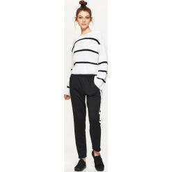 Swetry oversize damskie: Krótki sweter oversize w paski – Biały